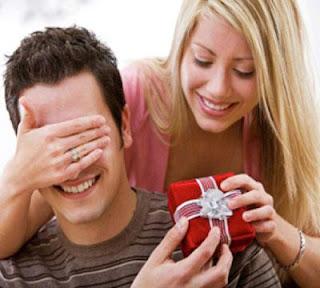 هدايا يحبها ويفضلها الرجال - امرأة تقدم تعطى هدية لرجل لحبيبها - woman girl give gift present to her man boyfriend