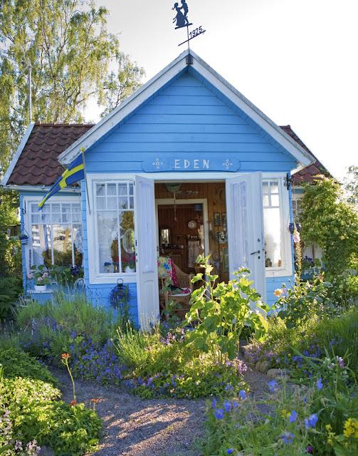 schwedische Gärten mit farbigen Holzhäusern