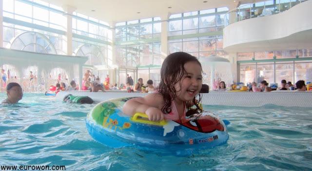 Sonia jugando en la piscina