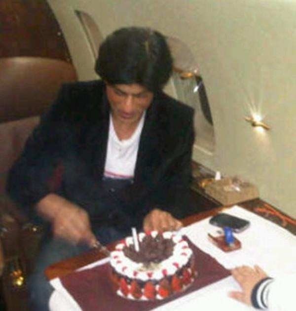 Asha Ashish: Shahrukh Khan cutting his birthday cake