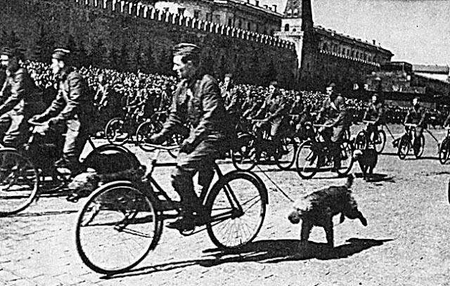 Красная площадь велосипеды солдаты