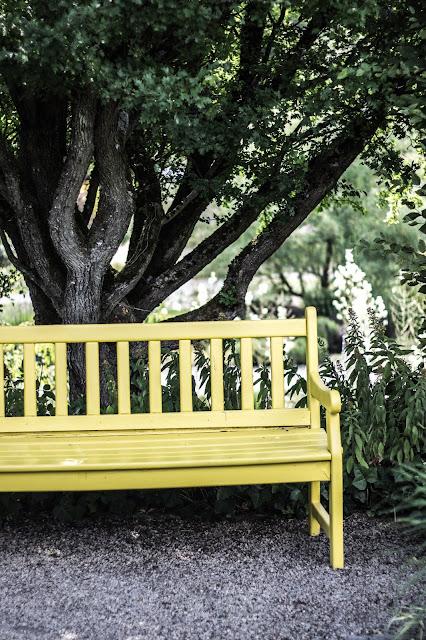 Garten der Sinne, Garteninspirationen, gelbe Bank, Gartenzimmer