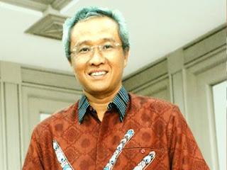 Mantan Menristek Kusmayanto Kadiman mengenakan batik fraktal