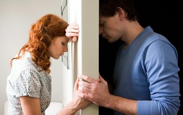 ما لا يمكن ان يتقبله الزوجين في حياتهما الزوجية - رجل امرأة متخاصمان حزينان