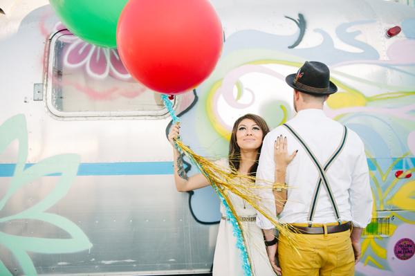 novios con globos gigantes de colores