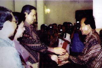 H.Annas Maamun menerima penghargaan dari Presiden RI