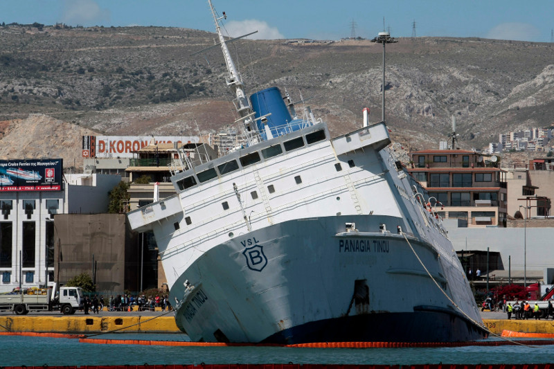 Μισοβυθισμένο στο λιμάνι του Πειραιά το «Παναγία Τήνου» -Τι θα γίνει τώρα