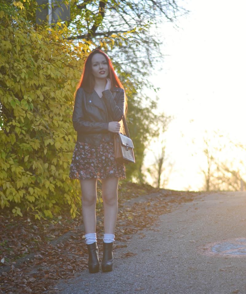 Blümchenmuster_Kleid_im_Herbst_kombinieren_Outfit