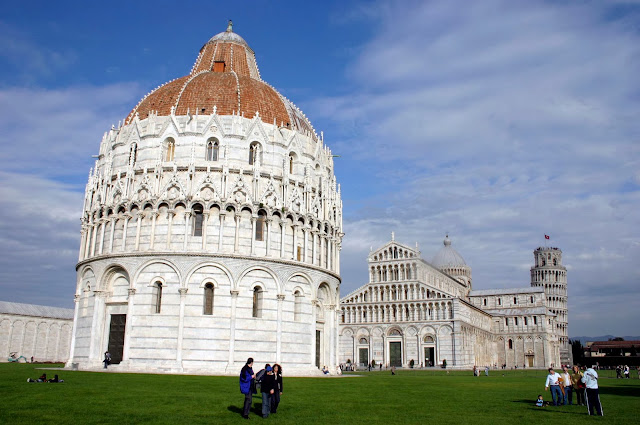 El Baptisterio de Pisa al frente