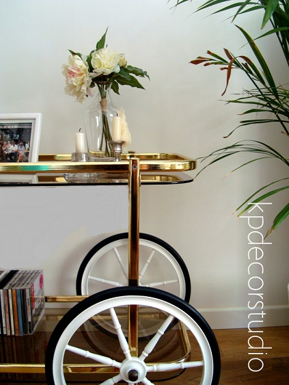 Carritos auxiliares con ruedas. Muebles minibar y camareras doradas antiguas.