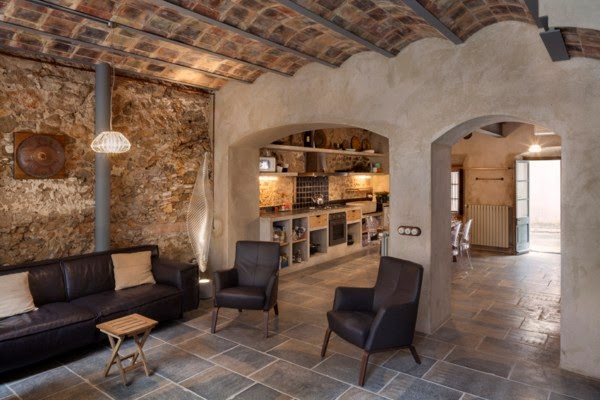 Marzua el arquitecto guim costa rehabilita una humilde for Decoracion casa girona