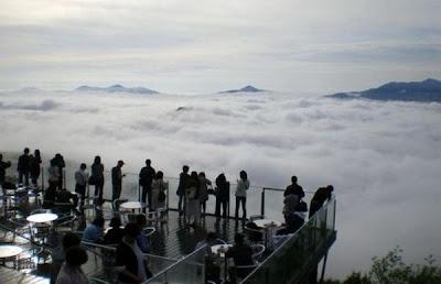 """""""شرفة أونكاي"""" في اليابان... عندما تعلو فوق الغيوم"""