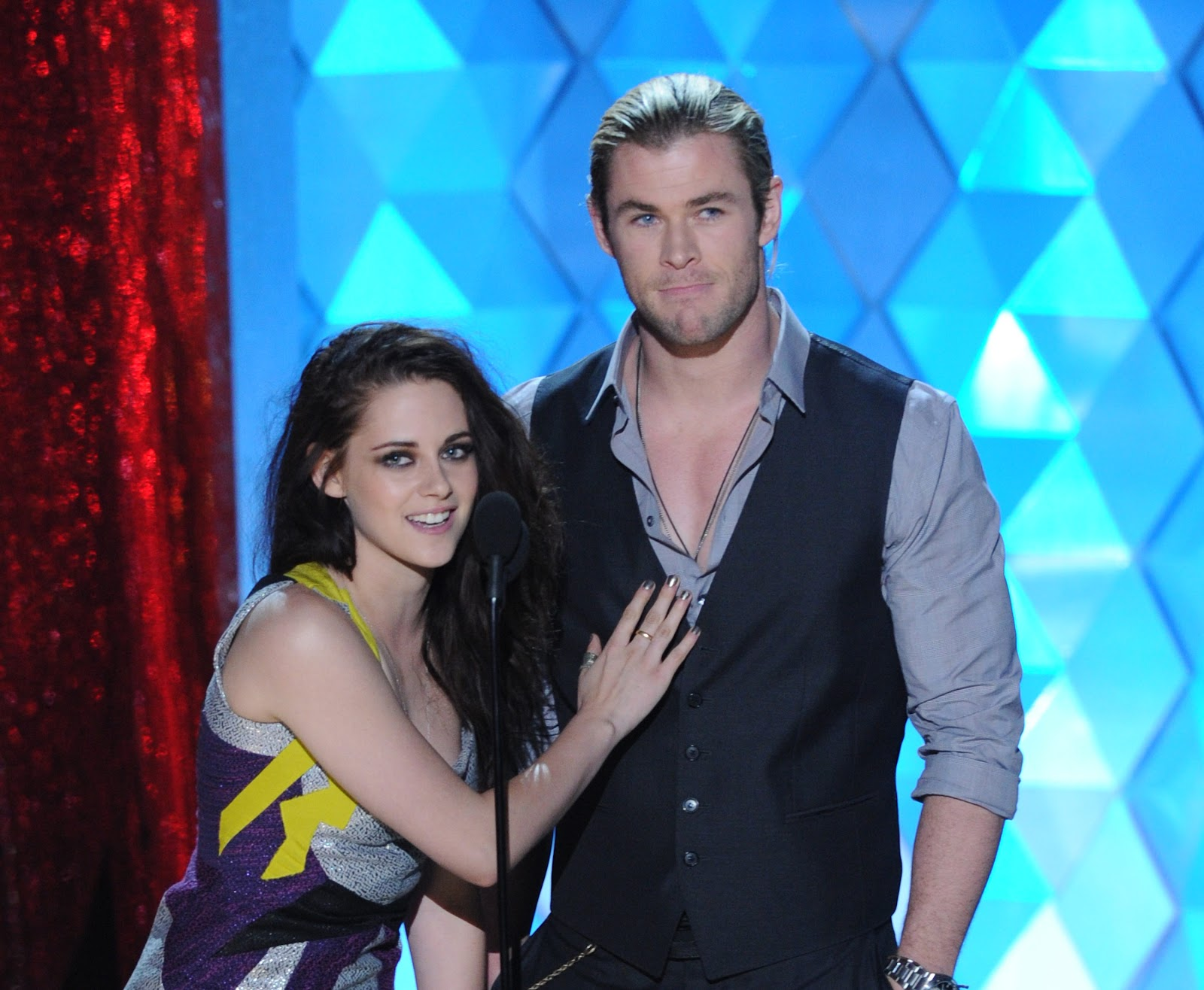 http://3.bp.blogspot.com/-lbVad9syPFM/T8yBaOL5K9I/AAAAAAAAPfs/Cm9XRvBO1M4/s1600/Kristen+Stewart+and+Chris+Hemsworth++at+the+2012+MTV+Movie+Awards.jpg