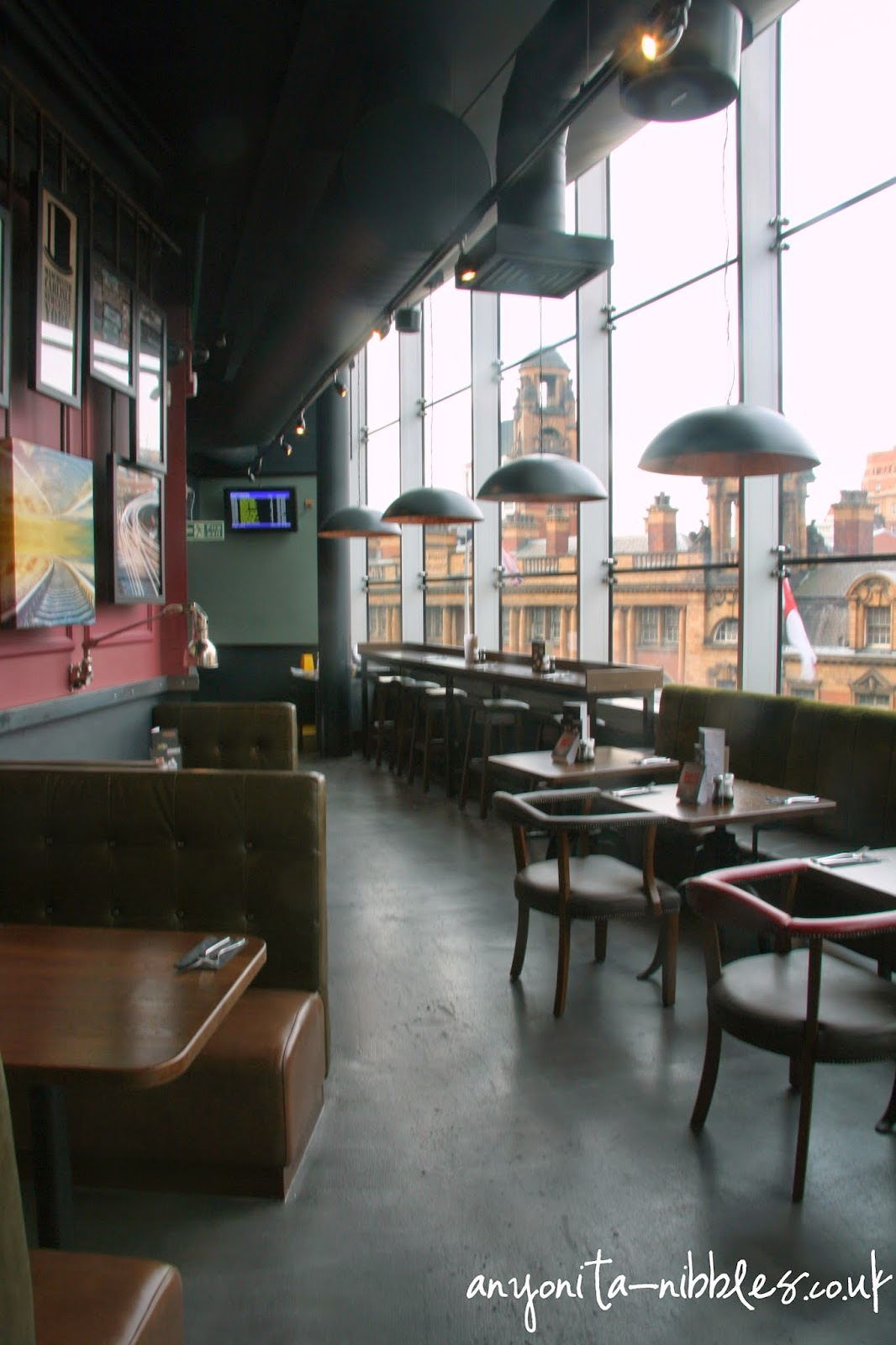 Keep an eye on your train time at Manchester Piccadilly's TGI Friday's | Anyonita-nibbles.co.uk