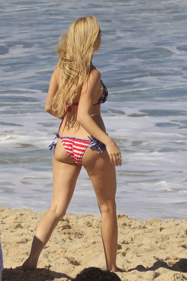 Isabelle grava de biquíni com a estampa da bandeira americana
