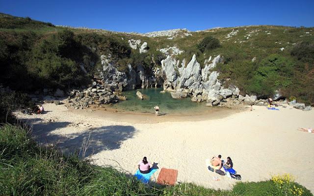 Playa de Gulpiyuri-παραλία χωρίς θάλασσα-όμορφες παραλίες