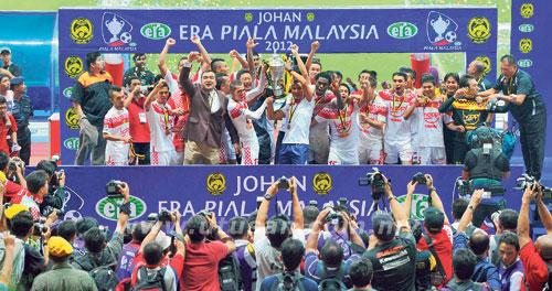 Pemain pasukan Kelantan meraikan kejayaan menjuarai Piala Malaysia 2012 selepas menewaskan ATM 3-2 pada perlawanan akhir di Stadium Shah Alam, malam tadi.