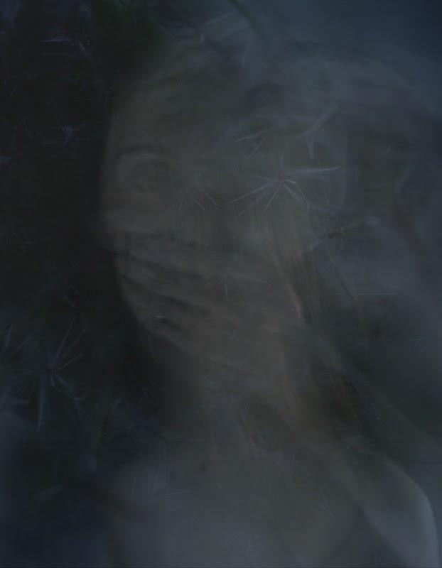 Vanessa Lekpa , photographie en noir et blanc longue exposition pause longue technique d'art contemporain. Autoportrait , selfie d'art , portrait d'artiste . Le thème du silence dans l'art contemporain. Visage de femme main sur la bouche . photo .