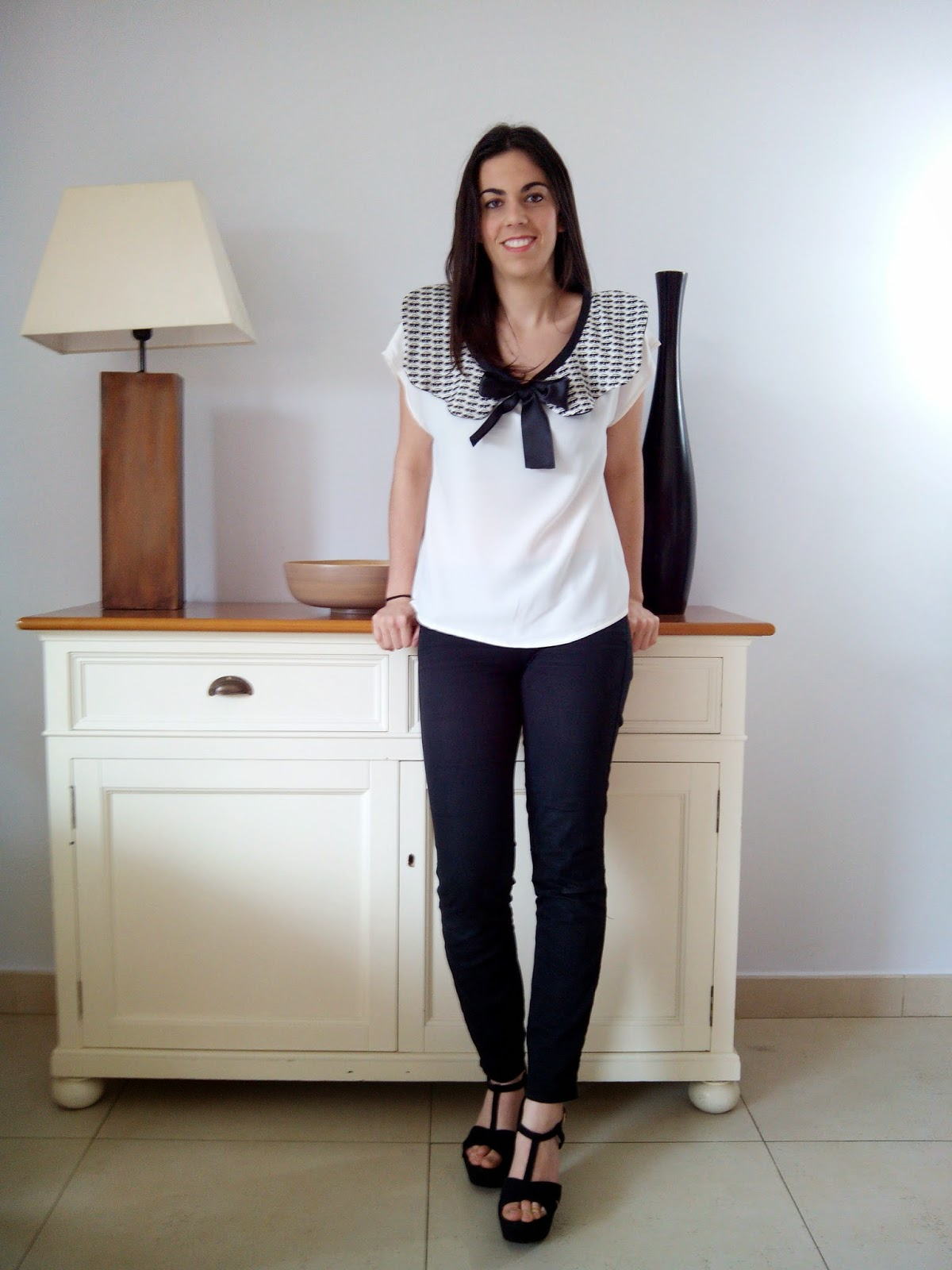. Blusa blanca con cuello peter pan y lazo negro - White blouse with Peter Pan collar and black ...