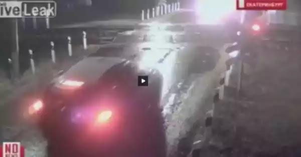 Η στιγμή που αμαξοστοιχία συγκρούεται με … αυτοκίνητο  (vid)