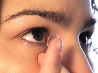 Comprar lentes de contato: Encaixando a lente no olho