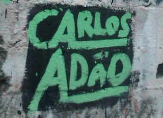 """Foto de uma pichação escrita """"Carlos Adão"""""""