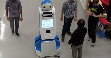 مطار امستردام يطلق روبوت مهمته مساعدة المسافرين وتقديم الارشادات لهم
