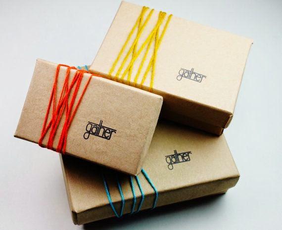 caja de cartón sencilla con sello y cuerda de colores