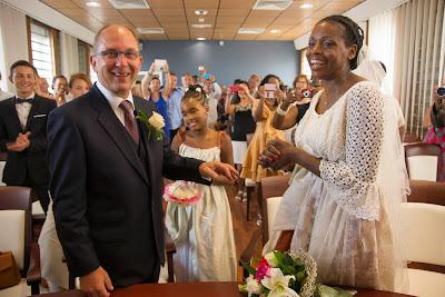 les mariés se passent la bague au doigt - mairie du Gosier - Guadeloupe
