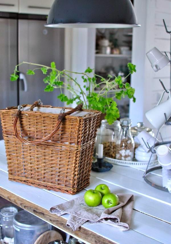 lantlig köksö kylbag gröna äpplen linnehandduk doftpelargon
