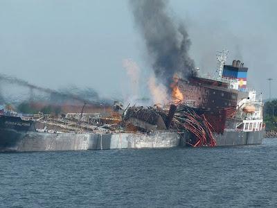 gambar kapal meletup