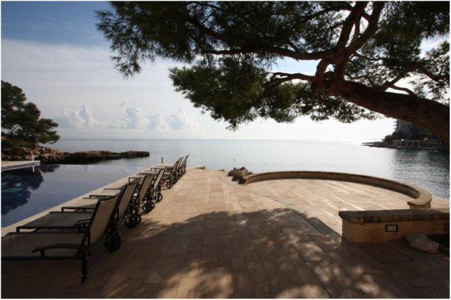 Piscina y tumbonas en el Hotel Hospes Maricel en Mallorca