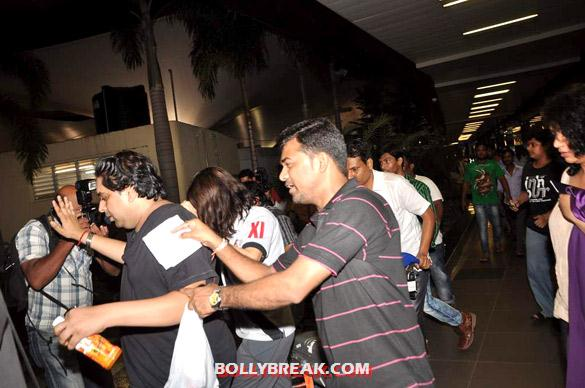 Preity Zinta - (4) - Preity Zinta snapped at Mumbai airport - paparazzi Pics
