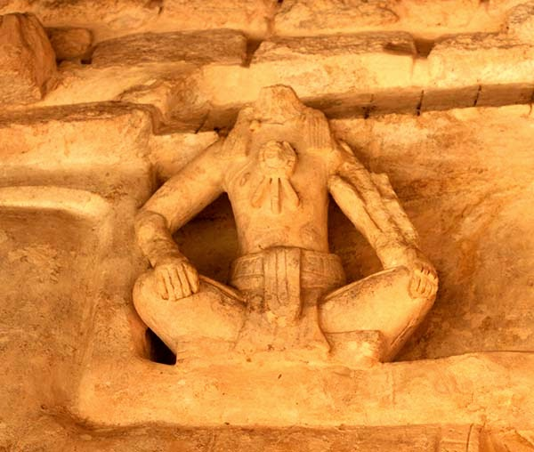 """Escultura maya en la ciudad de Ek Balam. Nos cuenta nuestro guía que los mayas: """"...pensaban y veían al mismo tiempo, a diferencia de nosotros que vemos y luego pensamos, o pensamos y luego vemos..."""" Pensar y ver al mismo tiempo implica que los mayas sabían que el el pasado, el presente y el futuro sólo pueden suceder en el ahora."""