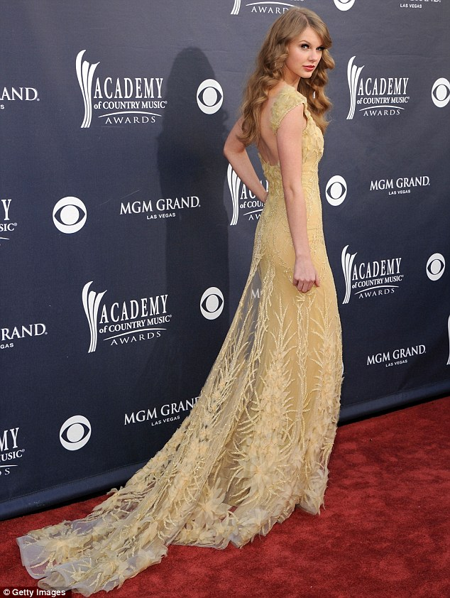 Taylor Swift glitters in gold at the Academy of Country Music Awards ...
