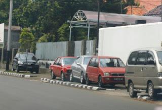 Parkir mobil berjamaah