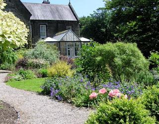 camino de grava en un jardin