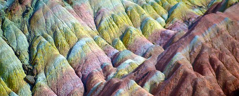 Memantau Keindahan Gunung Misterius Berwarna Pelangi yang Muncul di China