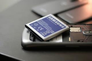 melepas baterai smartphone