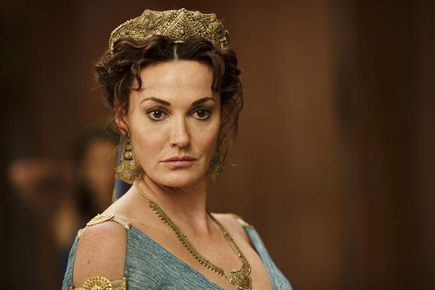 Sarah Parish (Doctor Who) interpretando a la reina Pasiphae en Atlantis
