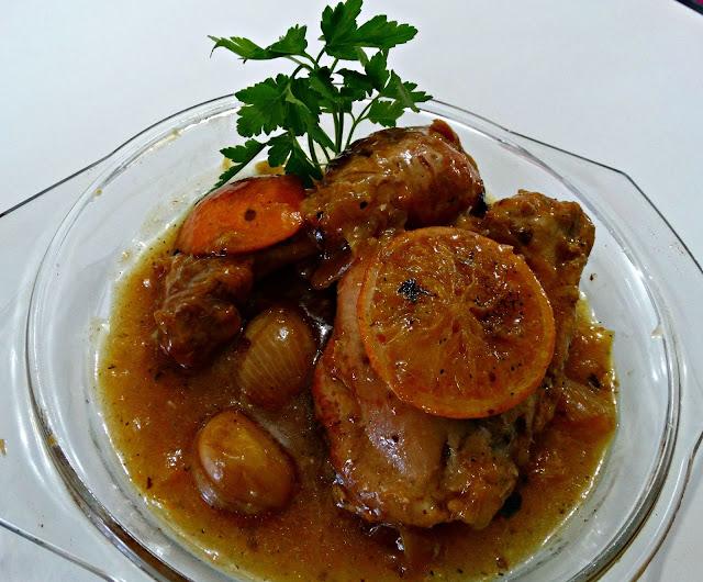 Decorando el plato de pollo a la naranja con ramita de perejil