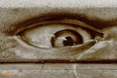 Ojo inquietante en banco de piedra