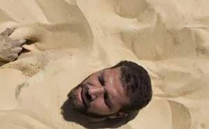 Pengobatan Menguburkan Diri Hingga Leher di Pasir