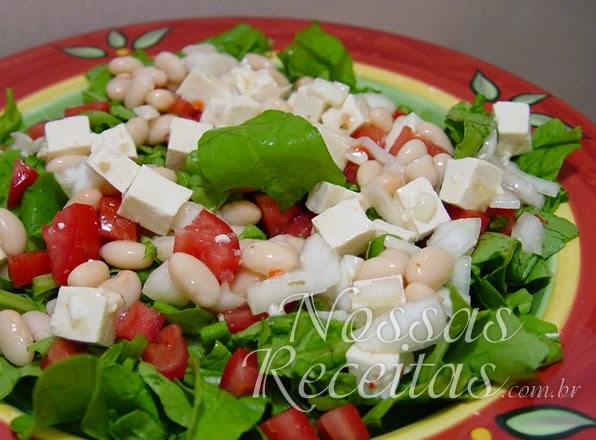 Receita de salada de feijão branco e queijo tofu