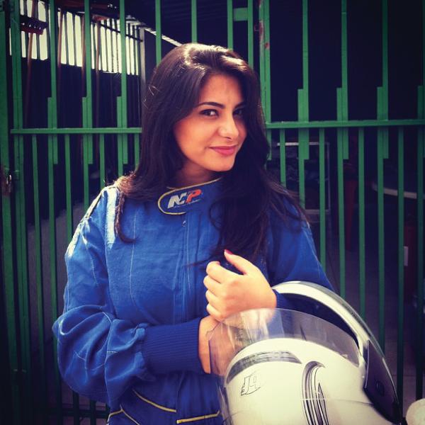 Bárbara Urias - Kartódromo Internacional de Betim - mulher piloto de kart - macacão e capacete de proteção
