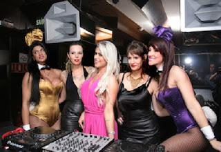 DJ recebe convidados famosos em boate paulista.