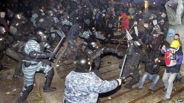 """На Майдане в годовщину избиения студентов прошла акция """"Ночь памяти"""""""