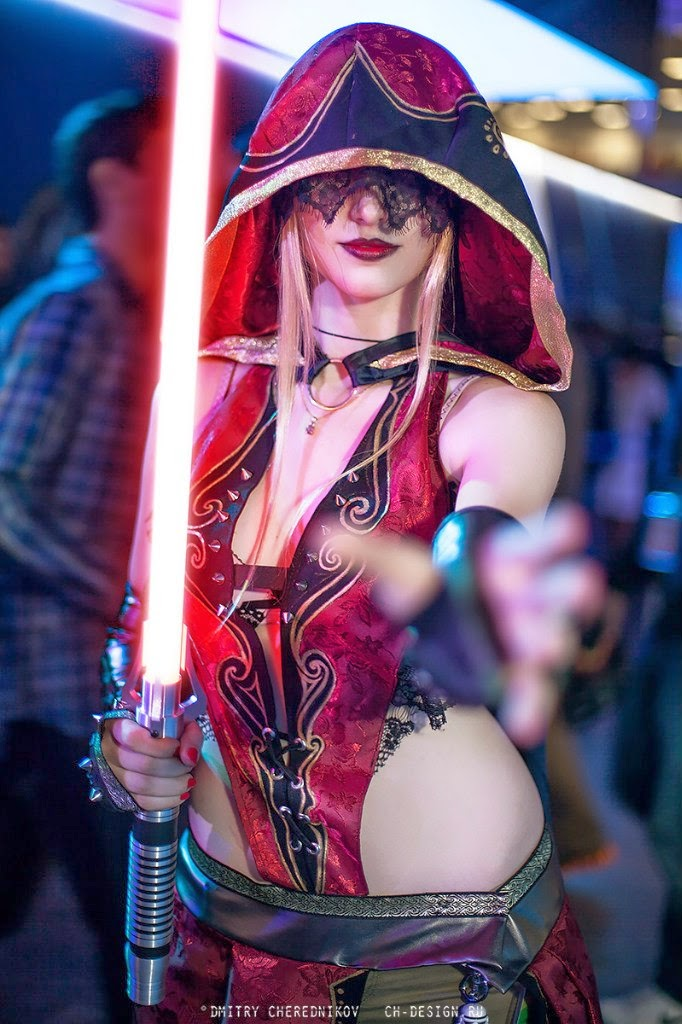 cosplay Sith élégante avec sabre laser rouge et dentelle