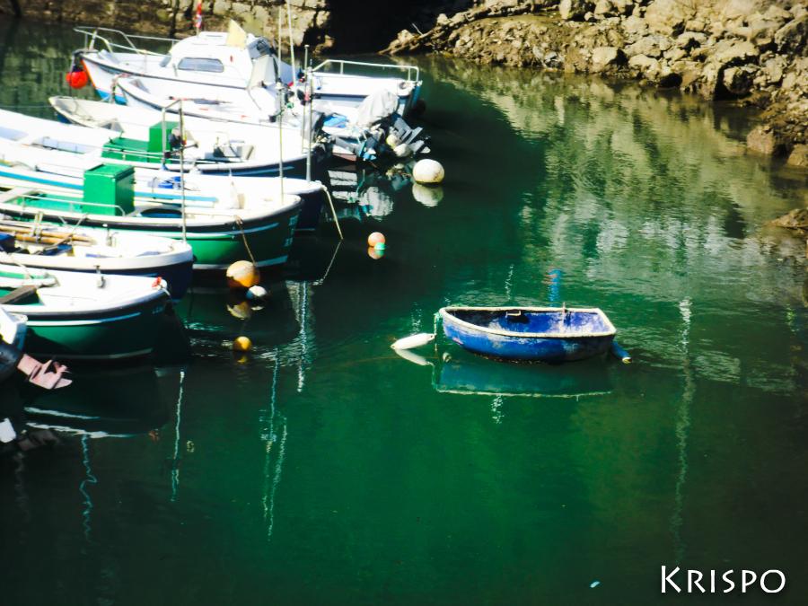 bote pequeño junto otras embarcaciones en hondarribia