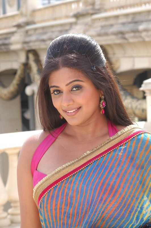 Priyamani1 - Priyamani Latest Hot Saree Pics